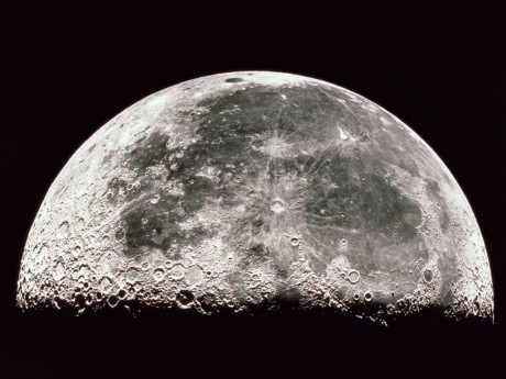 Почему у луны есть кратеры? фото