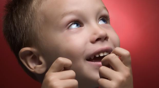 Почему дети грызут ногти? фото