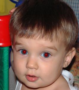 Почему на фото получаются красные глаза? фото