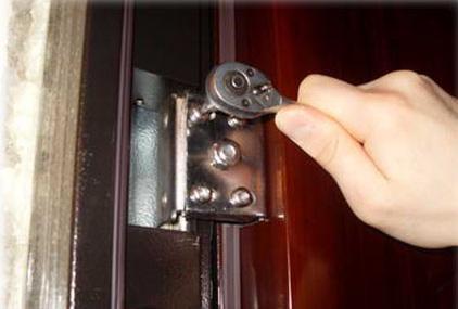Почему металлическая дверь скрипит? фото