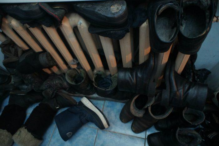 Почему обувь нельзя сушить на батарее? фото