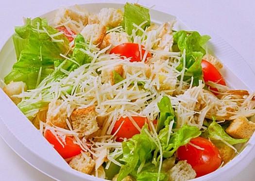 Почему салат цезарь носит такое название? - фото