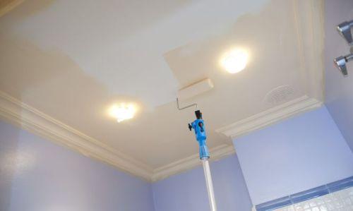 Почему потолок красят белым цветом? фото