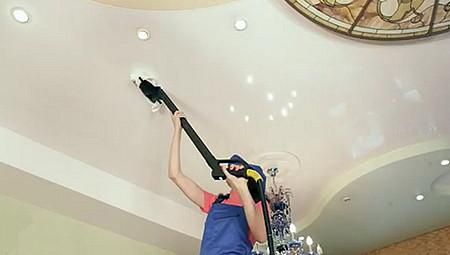 Почему натяжной потолок прилипает к потолку? фото