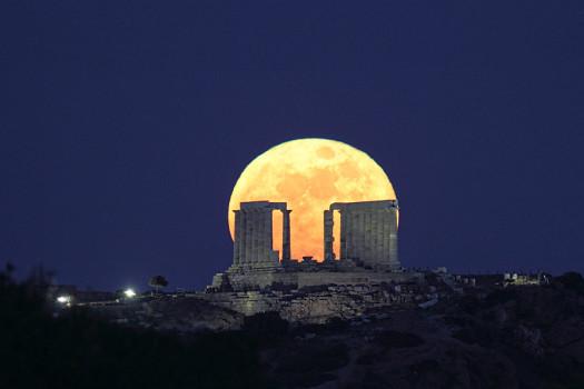 Почему в Греции большая луна? фото