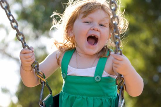 Почему дети любят качаться на качелях? фото