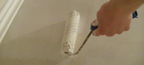 Почему потолок в квартире красят белым цветом? фото