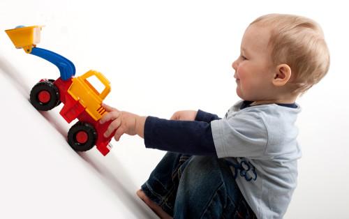 Какие игрушки нужны малышу в 2 года? - фото