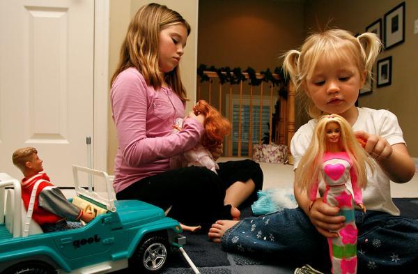 Почему девочки играют в куклы? фото