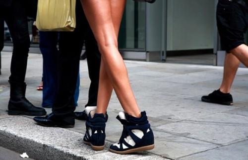 Почему кроссовки называют сникерсами? фото