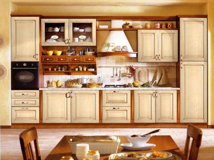 Семейная классическая кухня в доме