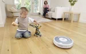 Робот пылесос и ребенок