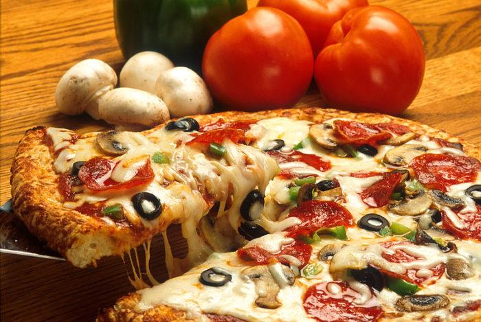 Пицца в мультиварке с колбасой и моцареллой