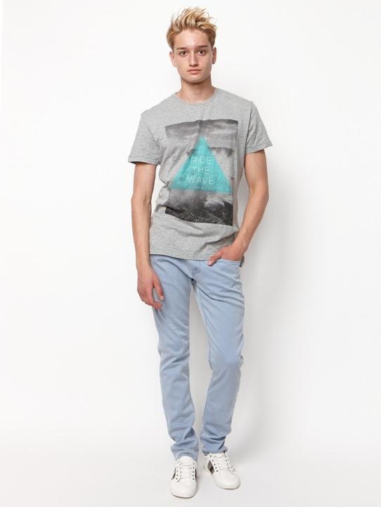 парнеь в майке с джинсами