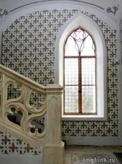 Арочное окно около лестницы