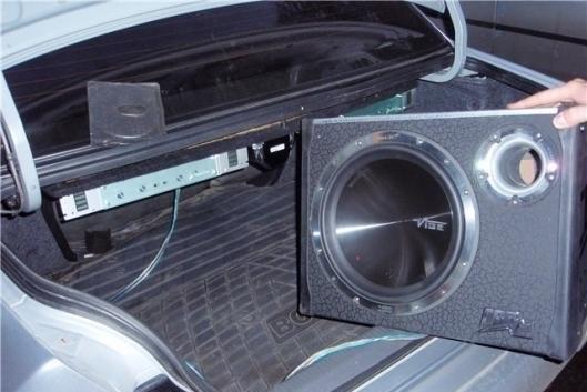 Автомобильный сабвуфер в седане