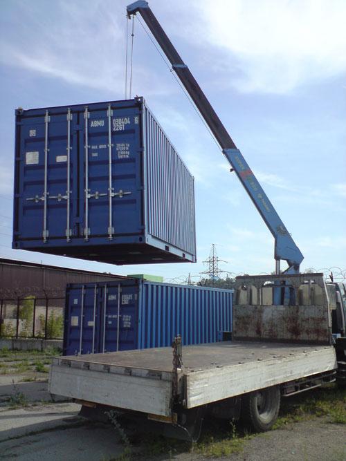 Манипулятор грузит контейнер