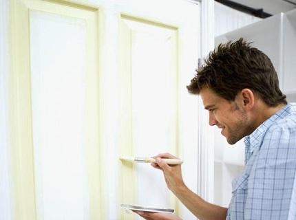 Как правильно покрасить деревянную дверь? - фото