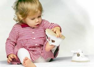 Как приучить ребенка к первой обуви? фото