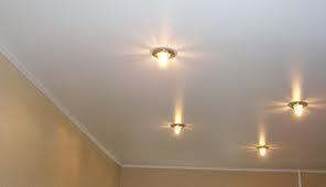 Почему потолок красят в белый цвет? фото
