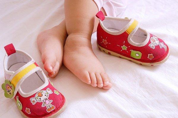 Как правильно выбрать домашнюю обувь малышу? фото