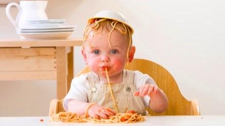 Как научить ребенка есть самостоятельно? - фото