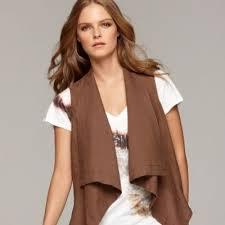 С чем носить коричневую кожаную жилетку? фото