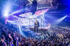 Как на концерте попасть к сцене? фото