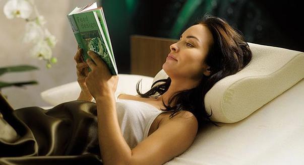 Чем ортопедическая подушка лучше обычной? - фото
