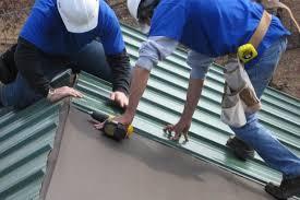 Как правильно положить профнастил на крышу?  фото