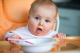 Чем кормить малыша в год? - фото