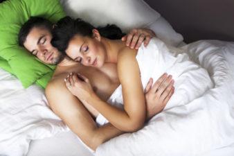 Posiciones-para-dormir-en-pareja