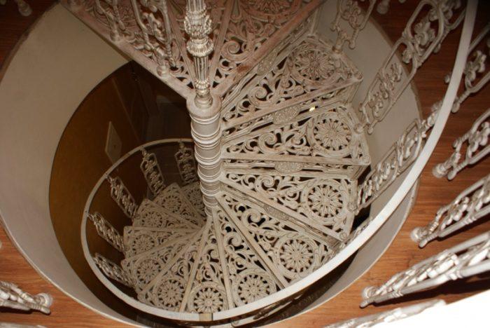 Чем хороши чугунные винтовые лестницы? фото