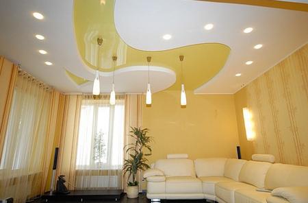 Как придумать дизайн натяжного потолка в гостиной?  фото