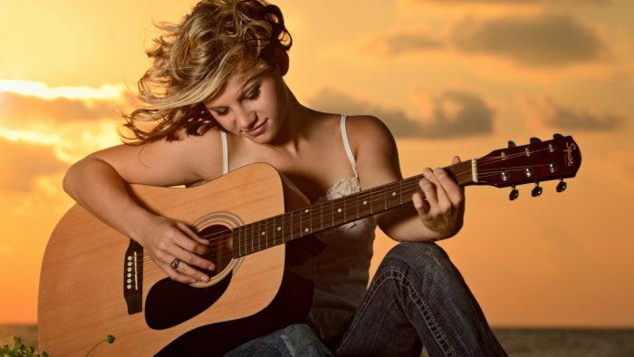 Стоит ли девушке учиться играть на гитаре? фото