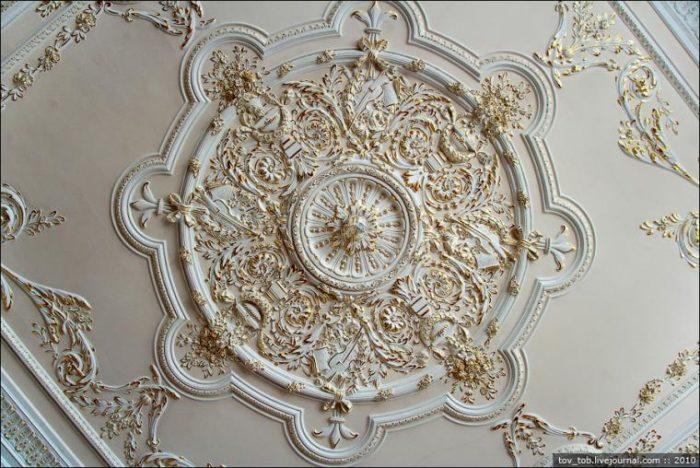 Как украсить потолок лепниной? - фото