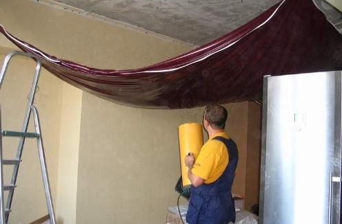Как натягивают натяжные потолки? фото