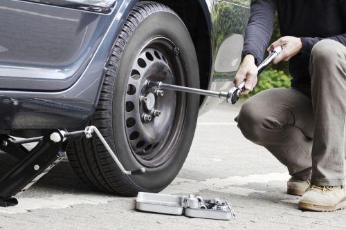 Как поменять колесо на автомобиле? фото