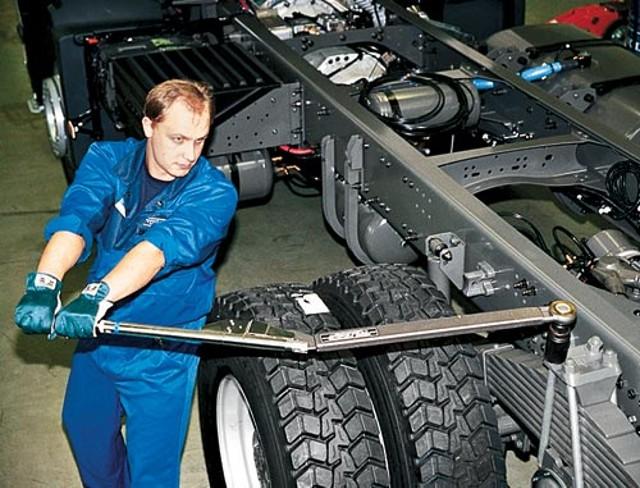 Как провести замену передней и задней рессоры автомобиля КамАЗ? фото