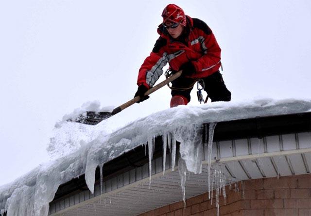 Как убрать снег на крыше дома на даче? - фото
