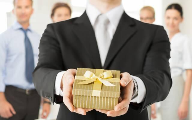 Что подарить директору женщине? фото