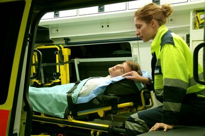 Как правильно перевозить лежачих больных? - фото
