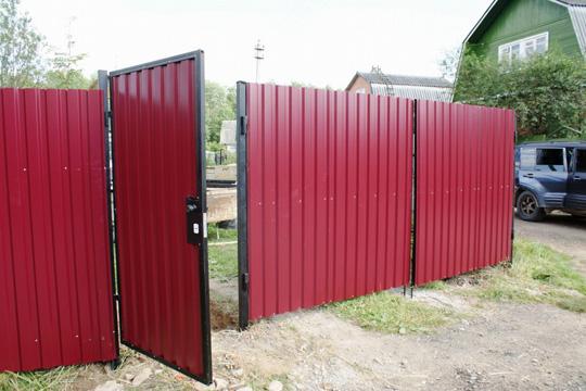 Как построить забор из профлиста своими руками? - фото