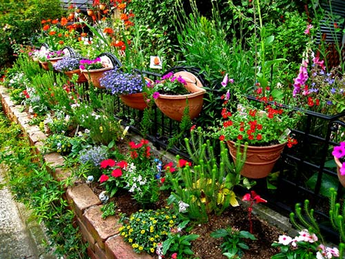 Как украсить двор своими руками? фото