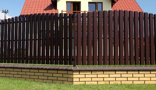 Как сделать забор из штакетника своими руками? - фото