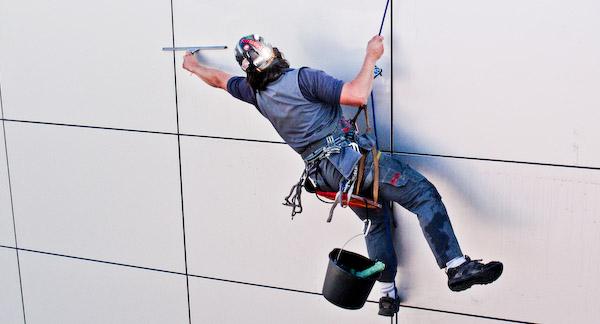 Промышленные альпинисты покорили городские джунгли - фото