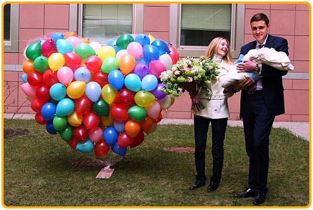 Как оформить выписку из роддома воздушными шарами? - фото
