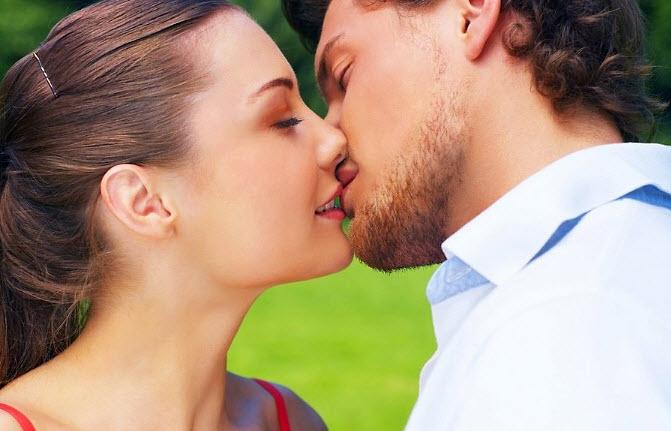 Как привлечь девушку к поцелую? фото