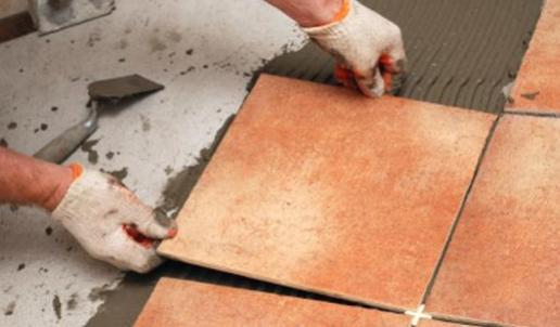 Как правильно класть напольную плитку? - фото