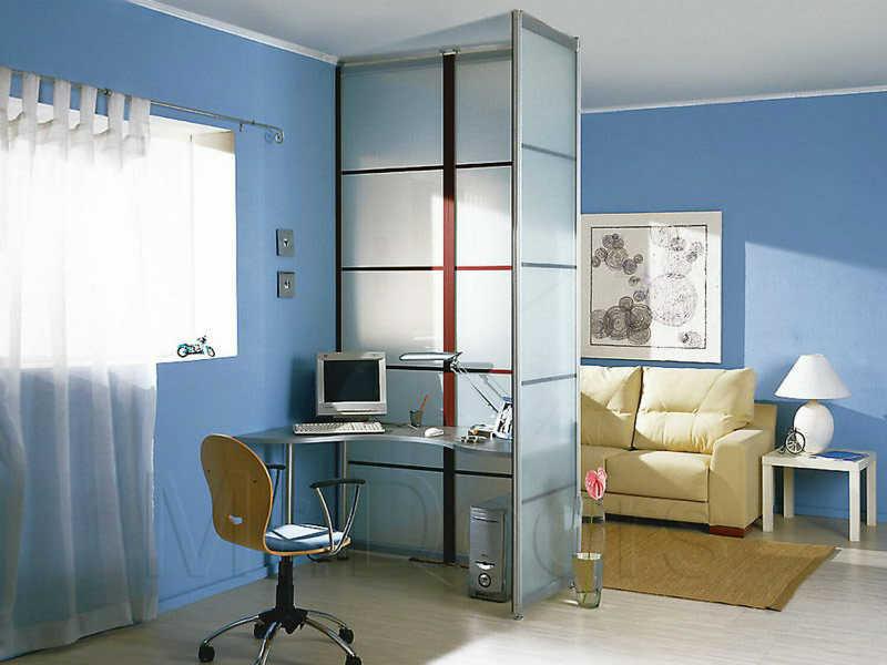 Как разделить комнату с двумя окнами? фото